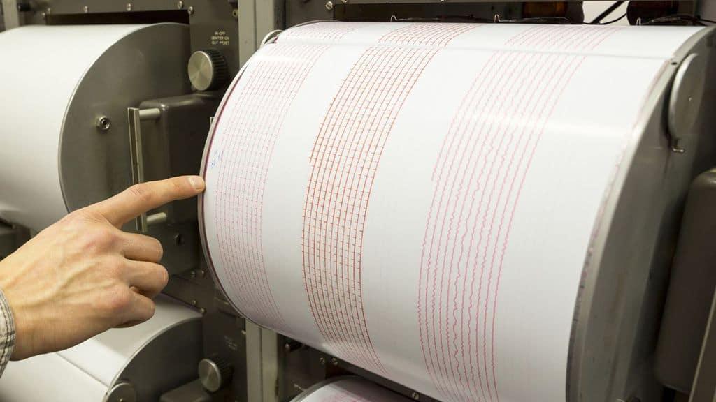 immagine di un sismografo che registra un terremoto