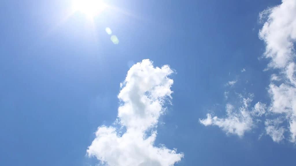 cielo con sole e nuvole