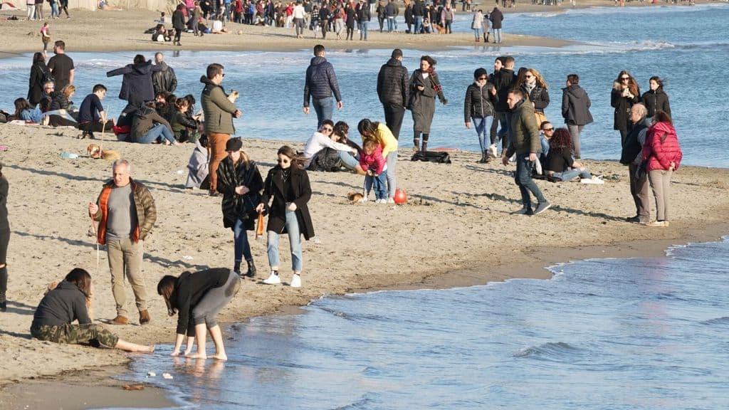 Spiaggia affollata di turisti