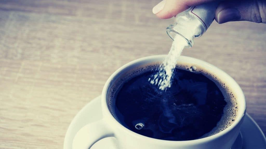 veleno messo in una tazza di caffè