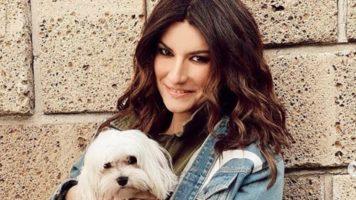 Laura Pausini con in braccio un cagnolino