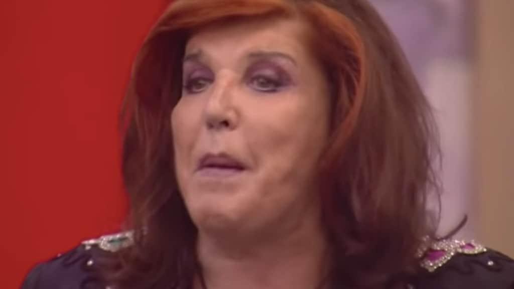 Foto di Patrizia De Blanck durante una puntata del Grande Fratello, in primo piano