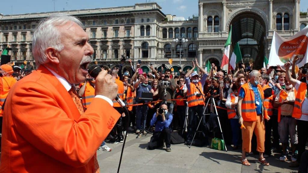 Antonio Pappalardo, già generale dei Carabinieri, guida la protesta dei Gilet arancioni a Milano, violando le norme anti-covid