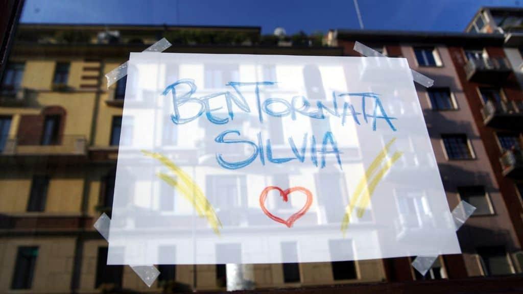 cartello di bentornato per silvia romano a milano