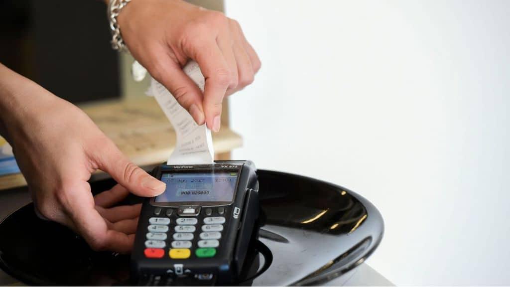 """Codacons denuncia l'aumento dei prezzi, dal caffè al parrucchiere, per la """"tassa Covid-19"""". Serve a ripagare le spese di sanificazione"""