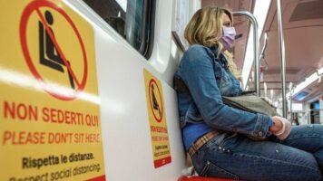 donna con mascherina sulla metro