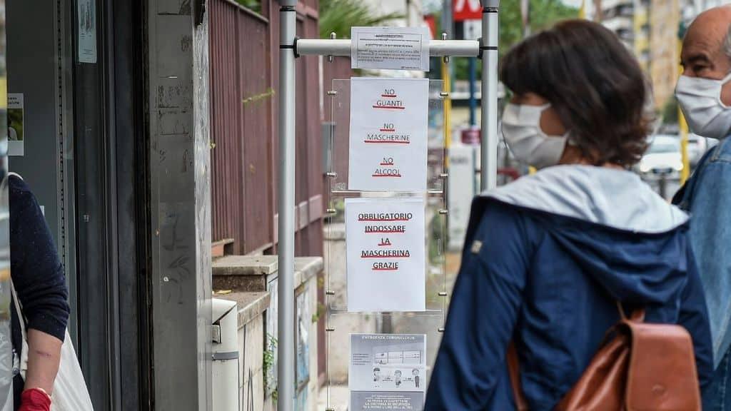 persona in strada con la mascherina coronavirus italia