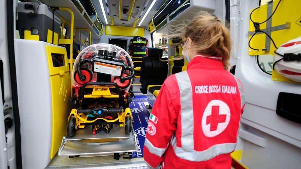 ambulanza con operatore della croce rossa