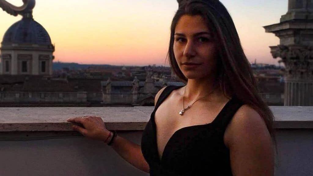 La 19enne Deborah, che ha ucciso il padre per legittima difesa