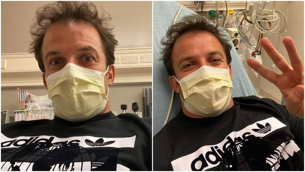 Alessandro del Piero con la mascherina addosso. Dietro di lui alcuni macchinari da ospedale e un lettino su cui si appoggia