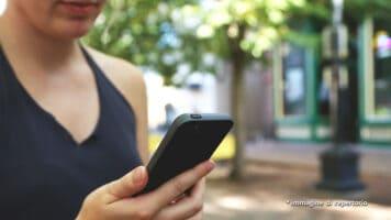 donna con in mano un cellulare