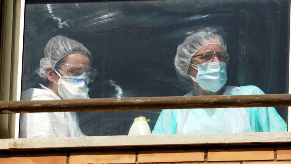 coronavirus, due dottoresse affacciate alla finestra