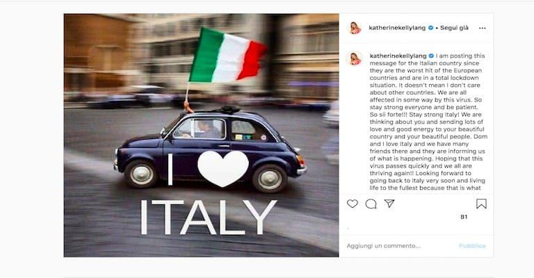 Foto di una 500 con una bandiera italiana e la scritta I love Italy in sovrimpressione