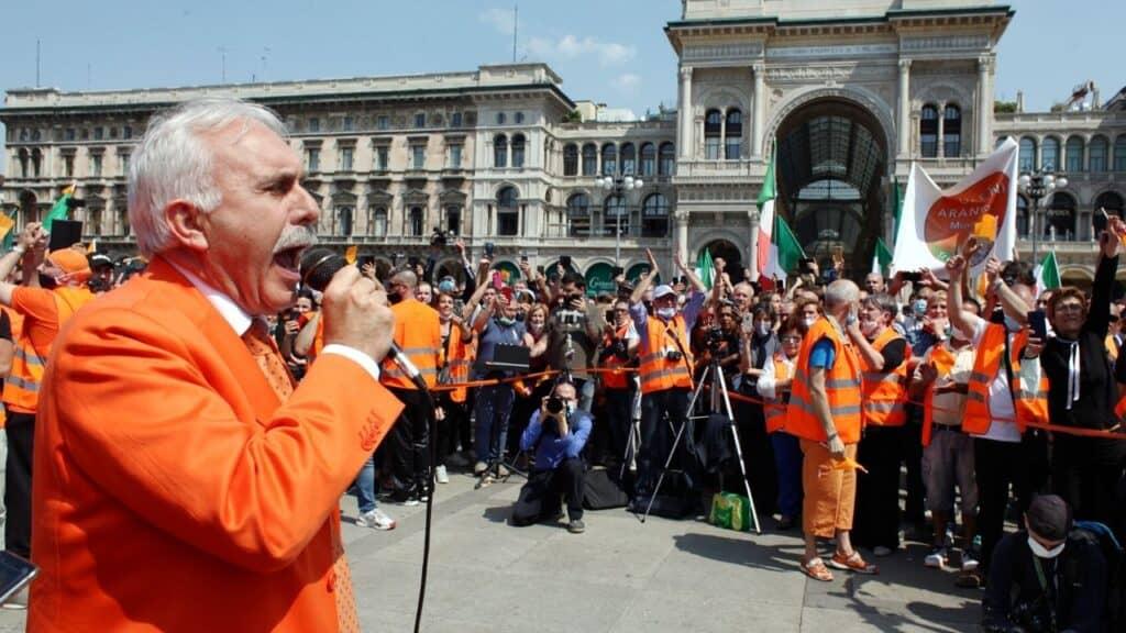 Gilet Arancioni in piazza: da Milano a Roma senza mascherine