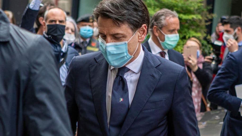 Il premier Giuseppe Conte con mascherina