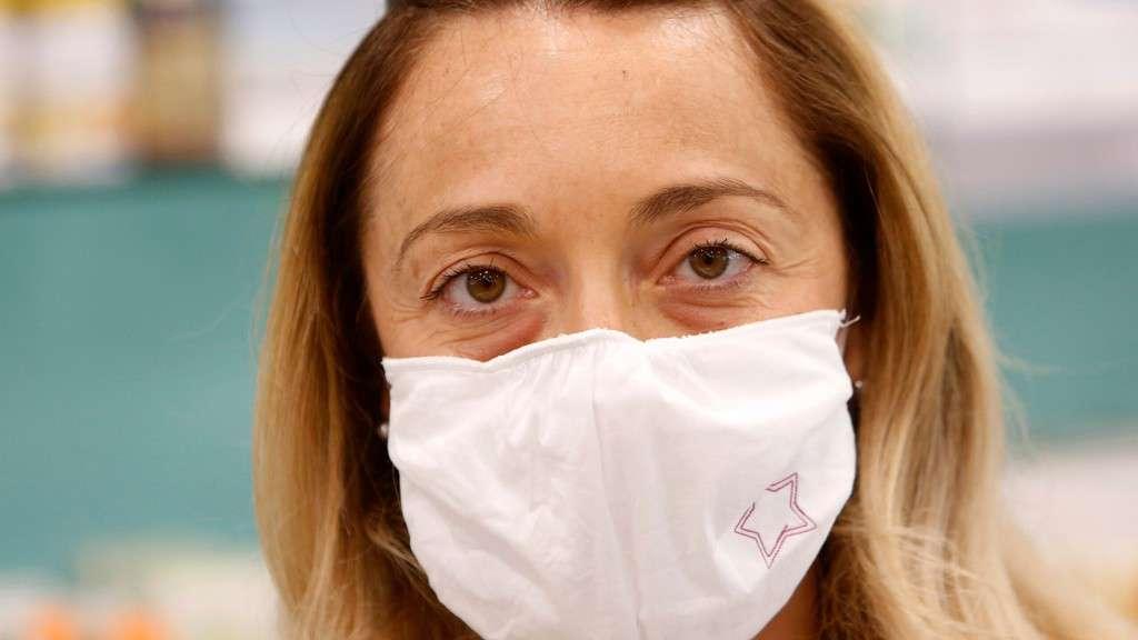 Coronavirus, donna al lavoro
