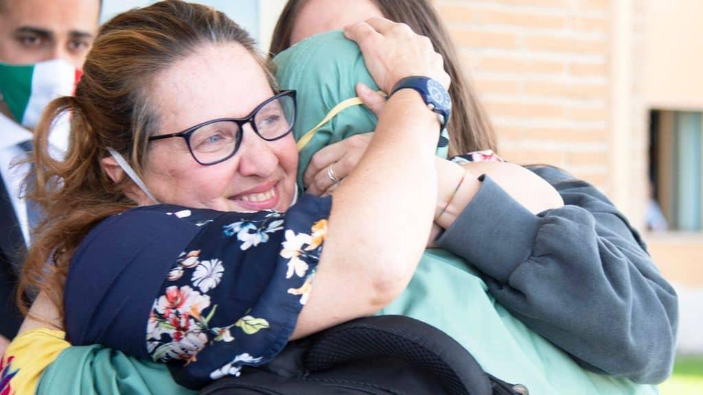 La madre di Silvia Romano abbraccia la figlia