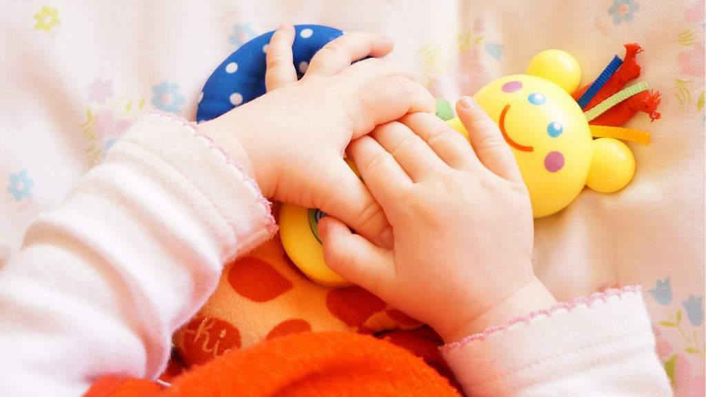 foto delle mani di una bimba neonata