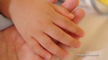 mani di padre e figlia