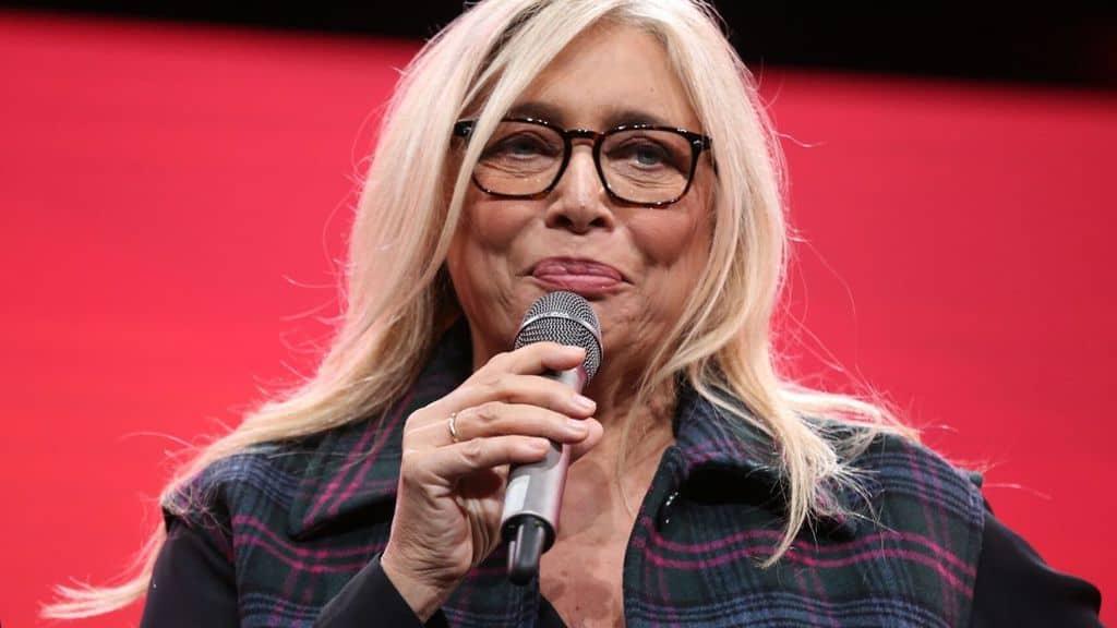 Mara Venier con un microfono in mano