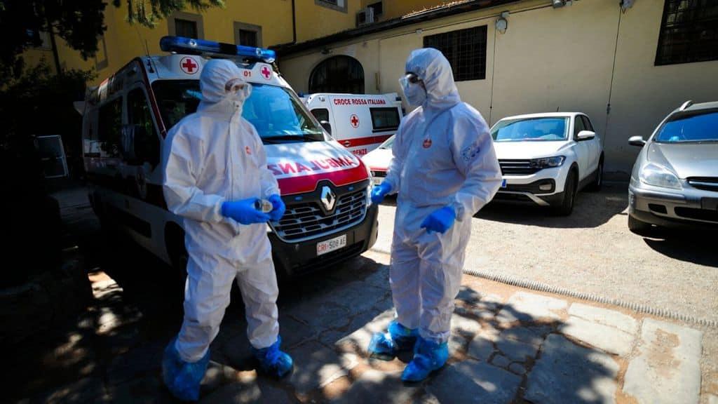 medici fuori dall'ambulanza