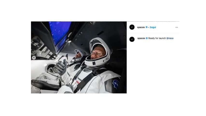 I due astronauti a bordo della Crew Dragon
