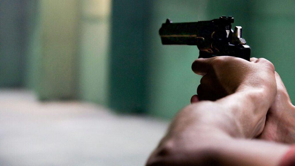 Roma |  accoltella e spara alla moglie |  poi si uccide  Il figlio è in coma