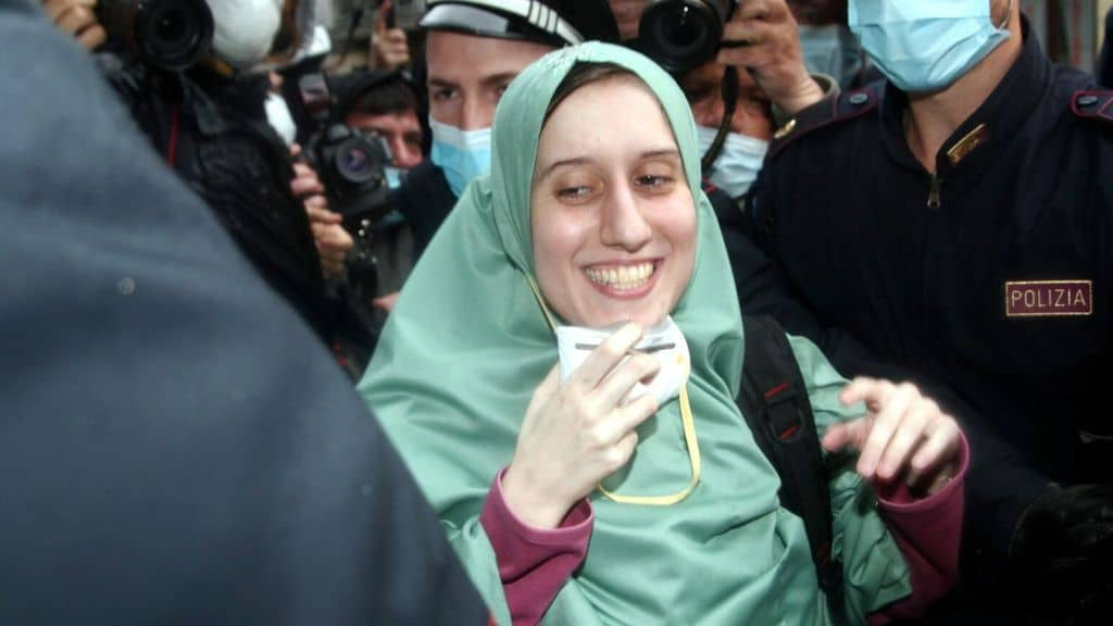 La cooperante Silvia Romano, con mascherina e hijab