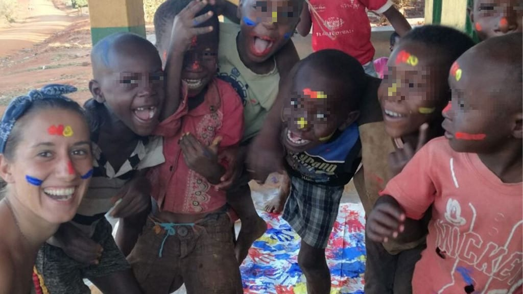Silvia Romano insieme ai bimbi in Africa