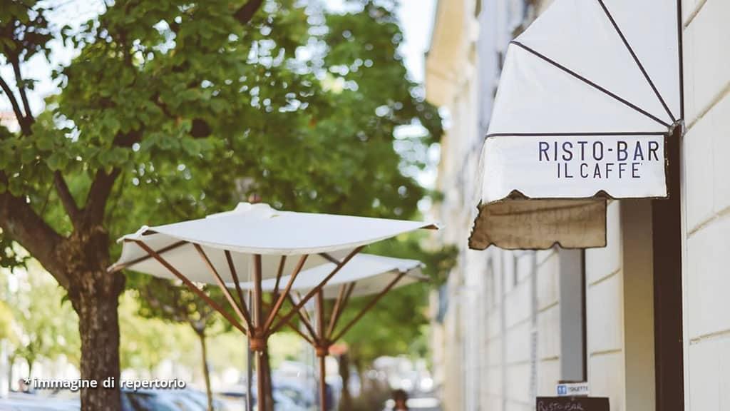 tenda di un bar e ombrelloni