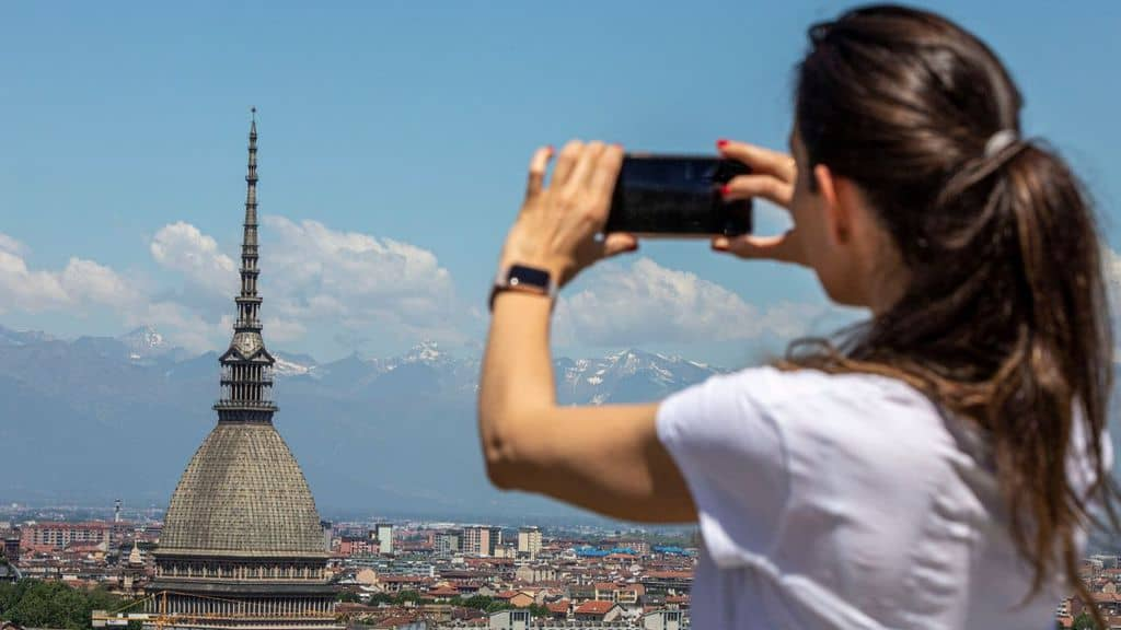 donna fotografa la mole a torino