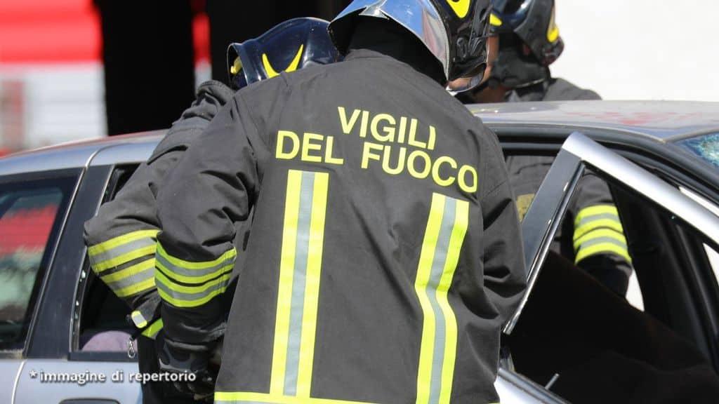 vigili del fuoco soccorso in un incidente stradale