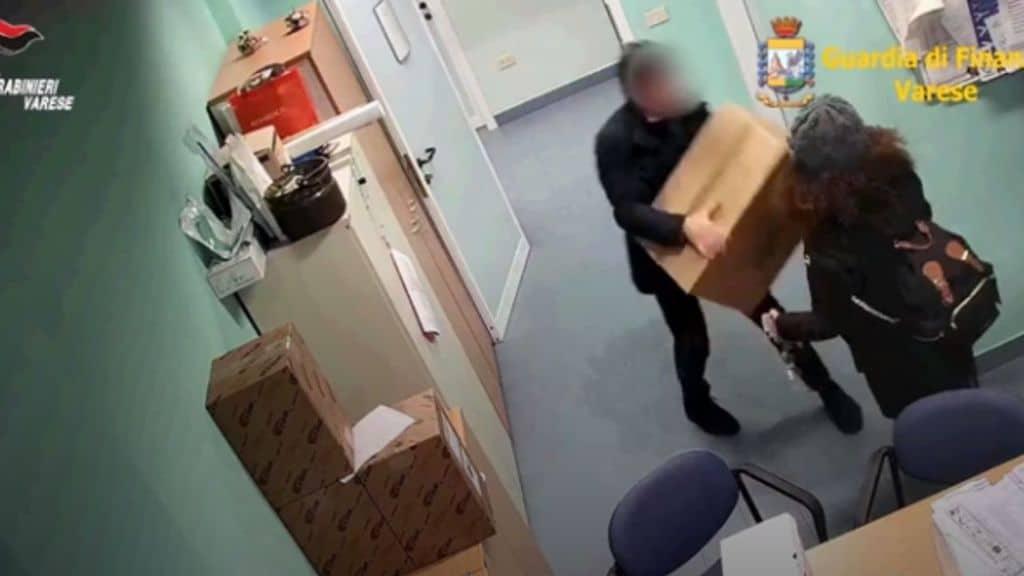 """Arrestati una dottoressa e un imprenditore che rubavano e rivendevano materiale sanitario dall'ospedale di Saronno, destinato alle terapie intensive """"Così ci compriamo la borsa di Prada"""""""