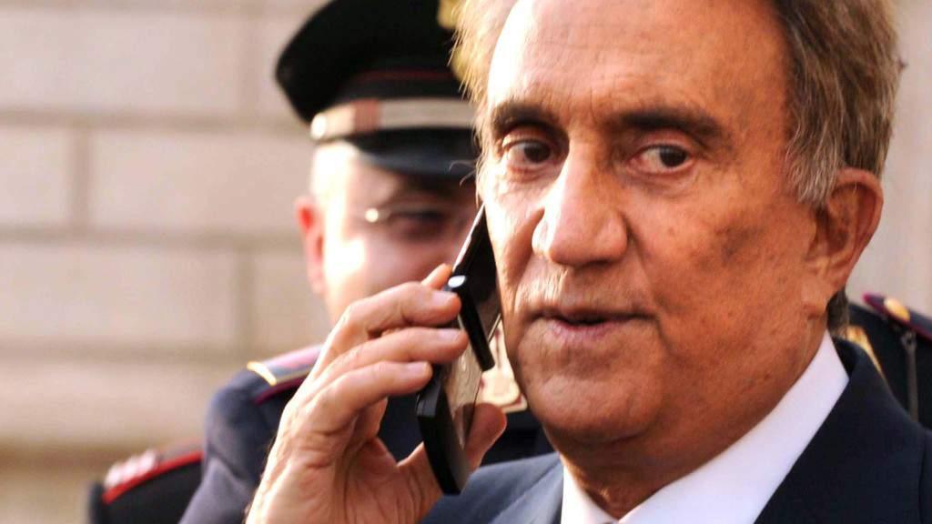 Emilio Fede al cellulare, primo piano