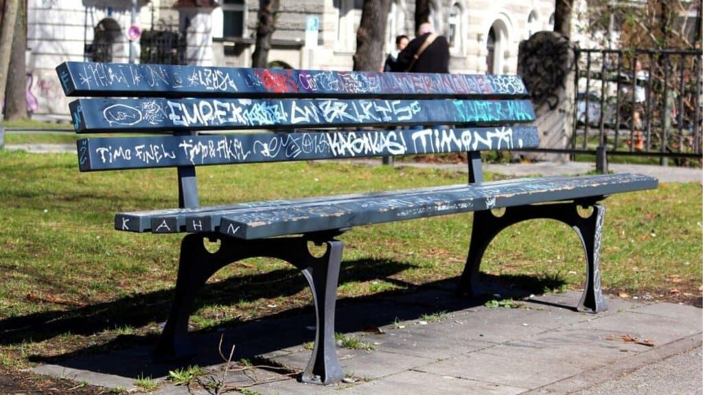 Roma, donna massacrata di botte in un parco: il compagno inc
