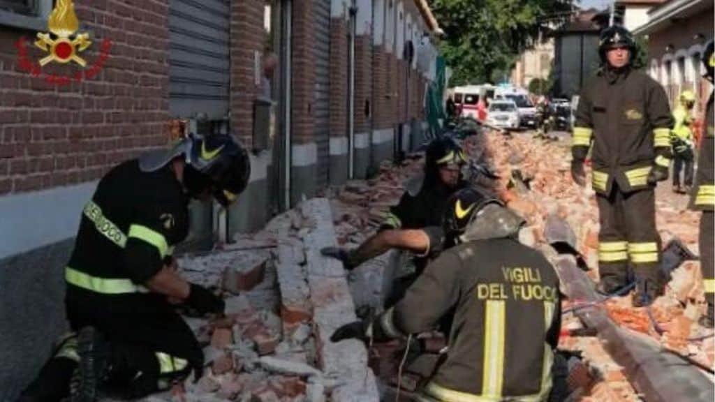 i vigili del fuoco scavano tra le macerie ad Albizzate (Varese)