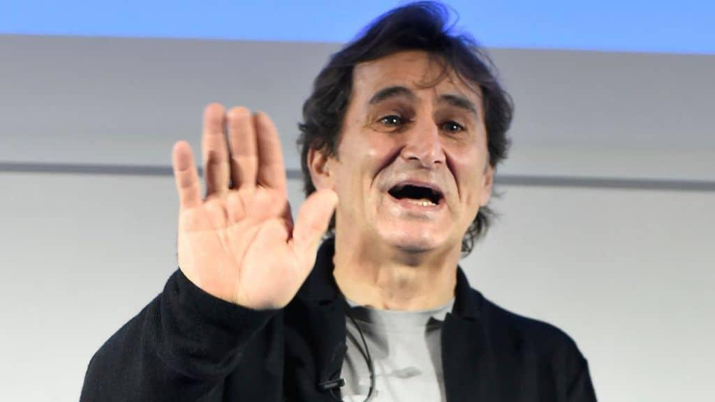 Alex Zanardi mentre saluta