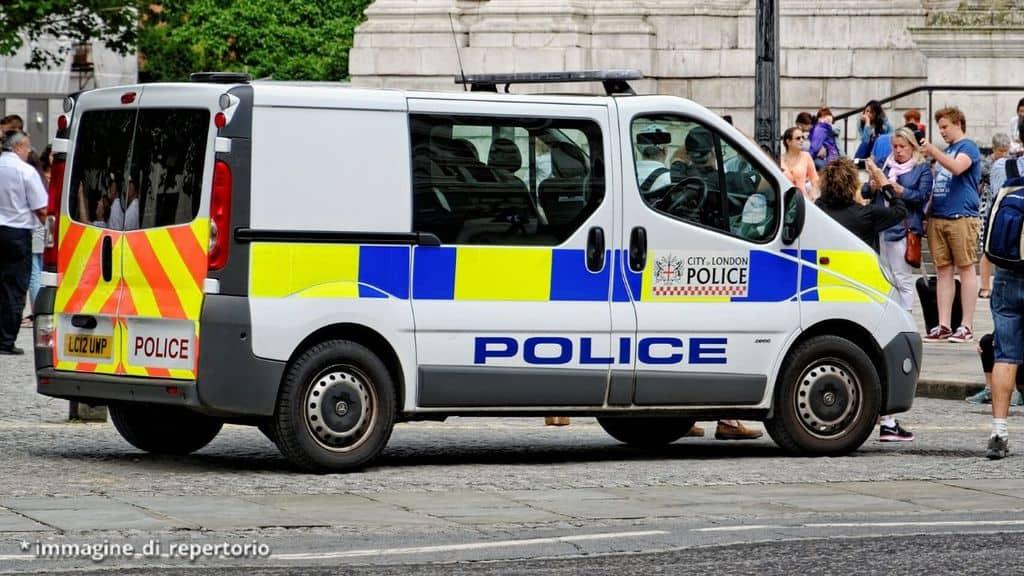 un'ambulanza in piazza