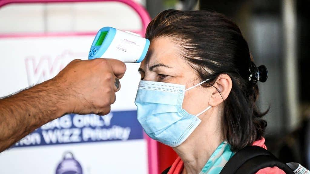 a una donna viene misurata la temperatura corporea