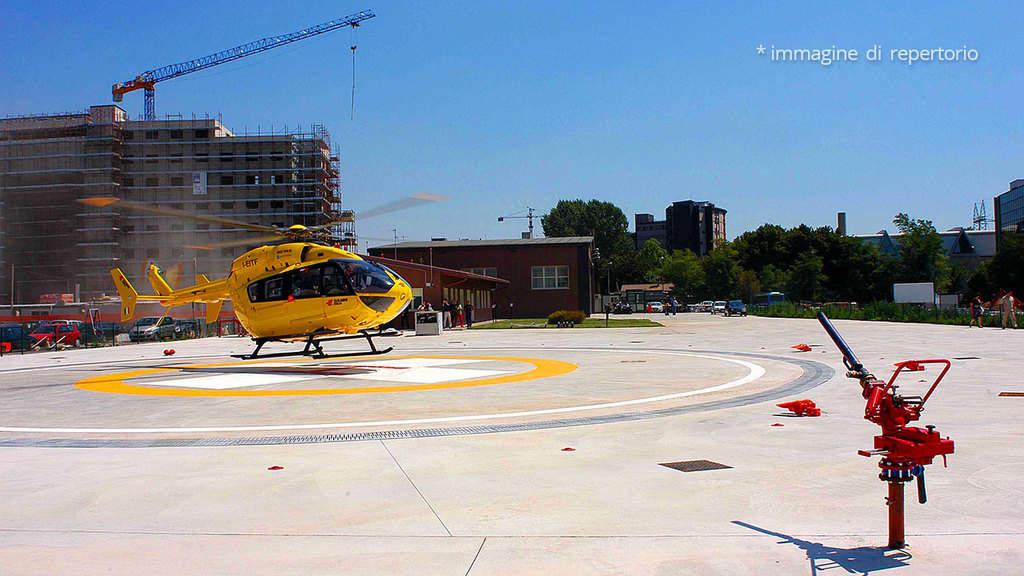 elisoccorso in attesa fermo sulla pista di atterraggio