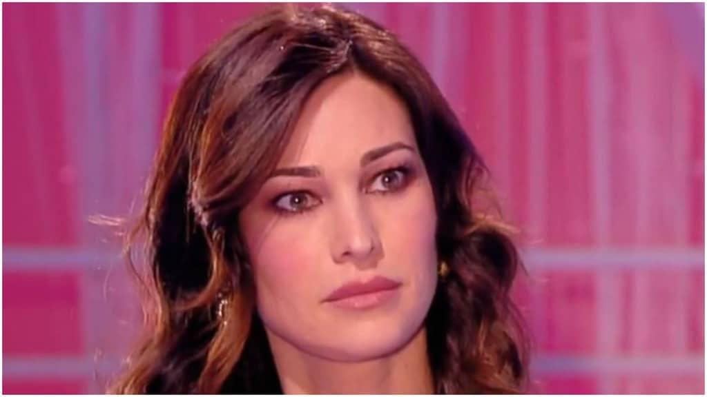 Manuela Arcuri con espressione seria, primo piano