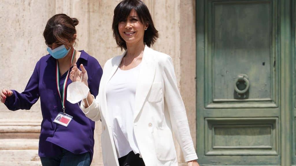 Mara Carfagna incinta saluta i fotografi