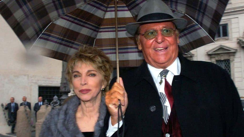 Renzo Arbore e Mariangela Melato sotto l'ombrello