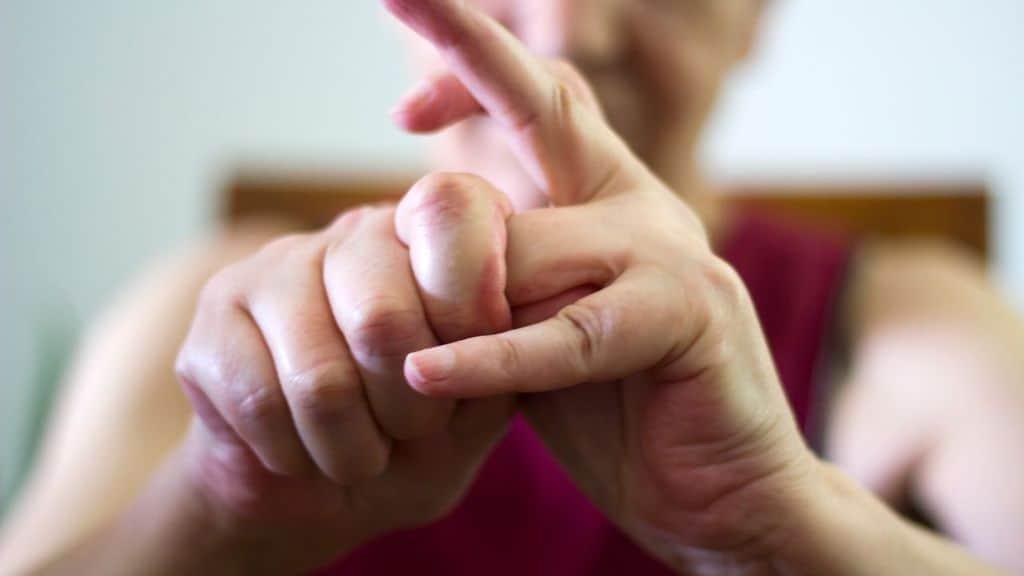 Una donna si scrocchia le dita