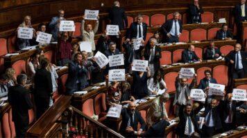 Protesta in aula contro il taglio dei vitalizi