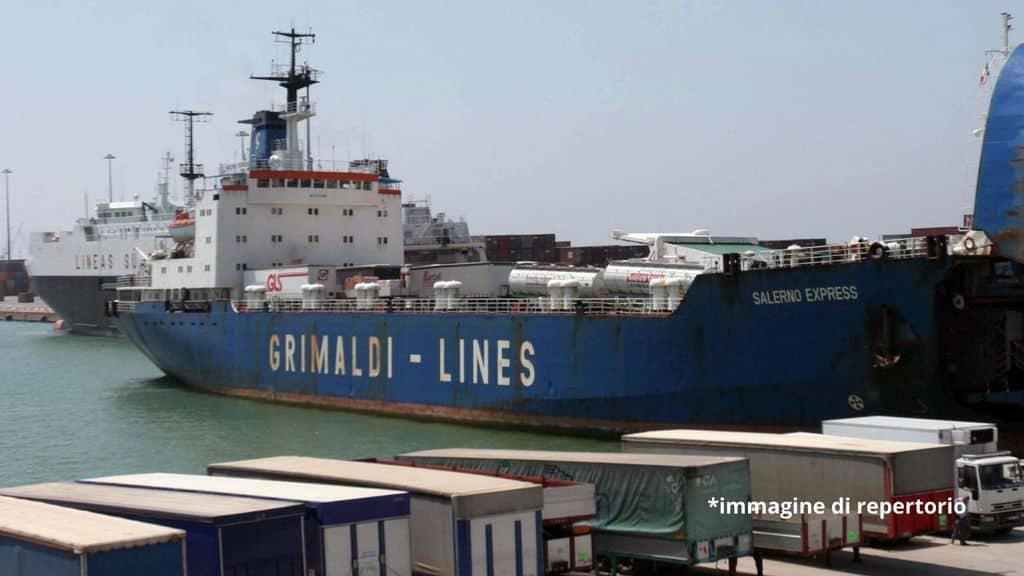 un traghetto nel porto