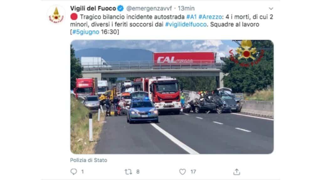 tweet dei vigili del fuoco con un'immagine dell'incidente sulla A1 ad Arezzo
