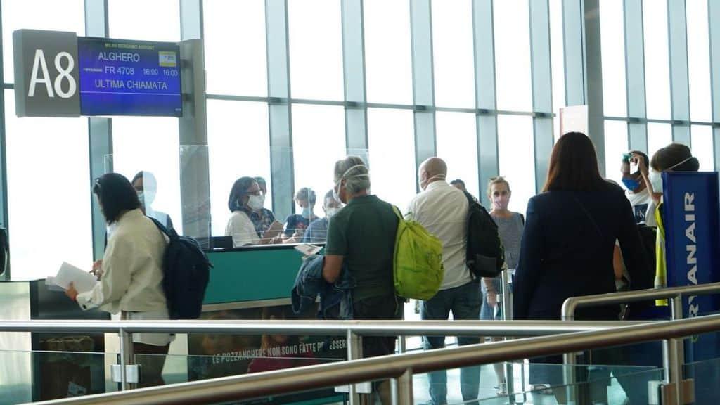 persone in coda al gate di un aeroporto