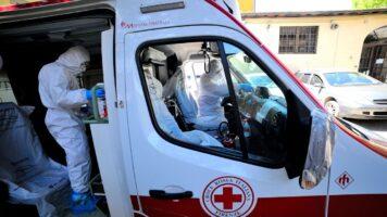 ambulanza con dentro un paziente ricoverato per il coronavirus