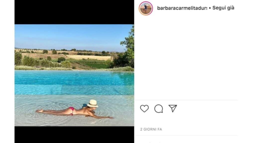 barbara d'urso in topless a bordo piscina
